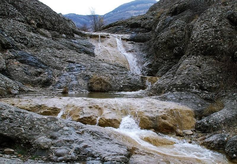 водопад издалека