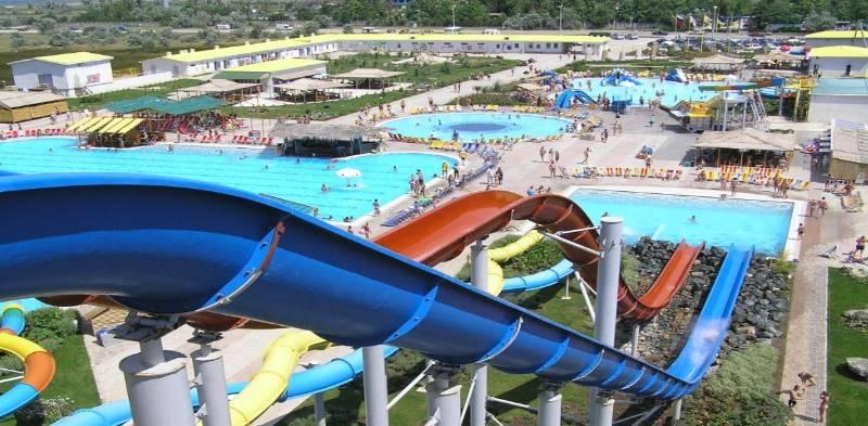 На территории размещено восемь бассейнов